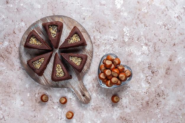 Pokrojone ciasto brownie z orzechami laskowymi.