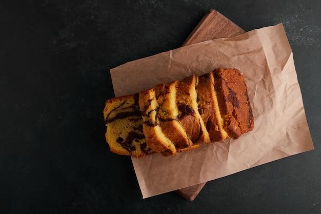 Pokrojone ciasto kakaowe na kartce papieru, widok z góry.