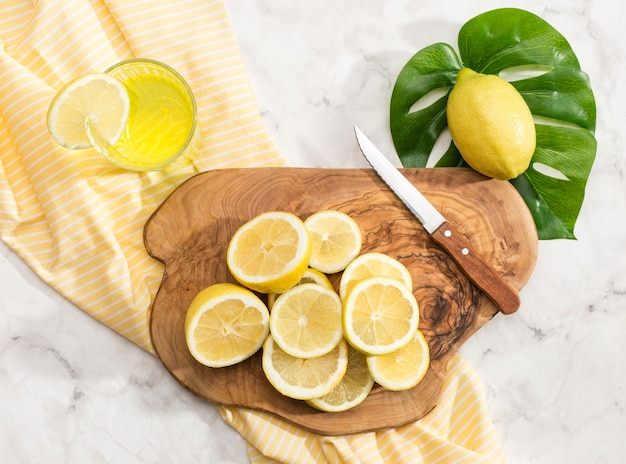 Pokrojone cytryny na desce do krojenia