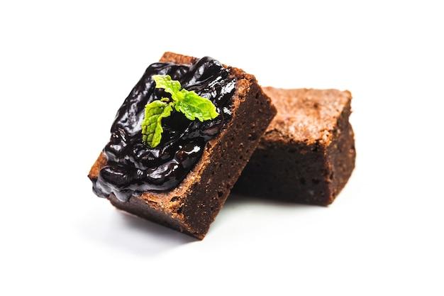 Pokrojone domowe ciasteczka wieża na białym tle izolowania. słodki i wilgotny deser czekoladowy.