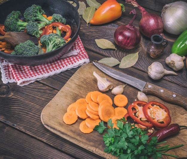Pokrojone marchewki na desce drewnianej kuchni