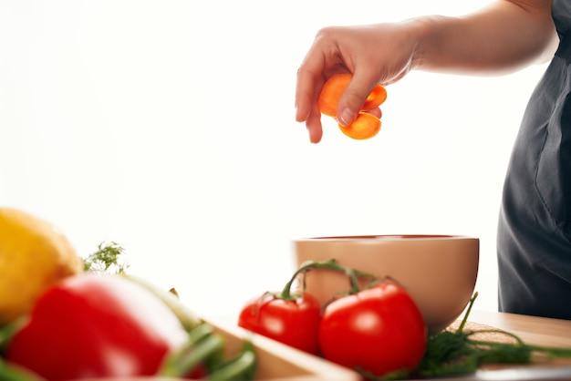 Pokrojone marchewki sałatka warzywa świeże składniki