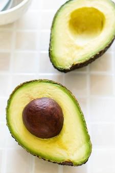 Pokrojone organiczne awokado na kuchennym stole
