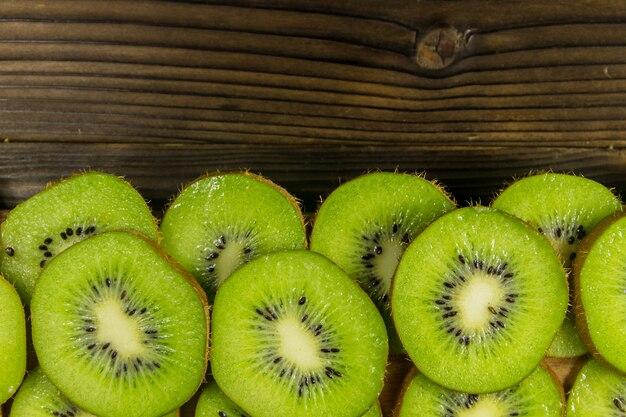 Pokrojone owoce kiwi na drewnianym stole. widok z góry, kopia miejsca
