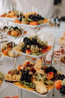 Pokrojone owoce są na warstwowym stojaku