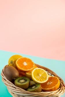 Pokrojone owoce w wiklinowym koszu na stole