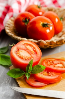 Pokrojone pomidory z miętą na desce
