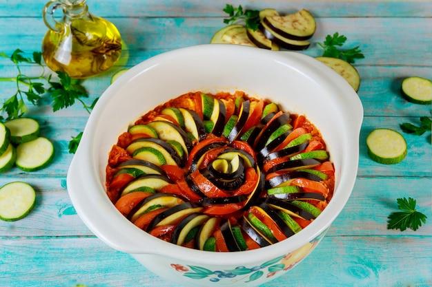 Pokrojone surowe warzywa w sosie gotowe do gotowania ratatuj.