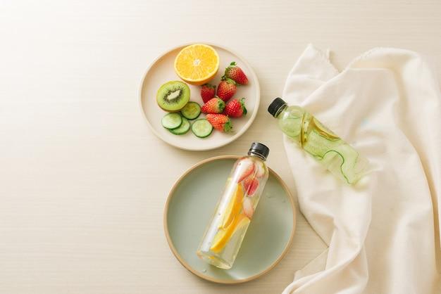 Pokrojone świeże owoce organiczne przygotowane do zaparzonej wody