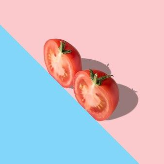 Pokrojone świeże pomidory na jasnej powierzchni.