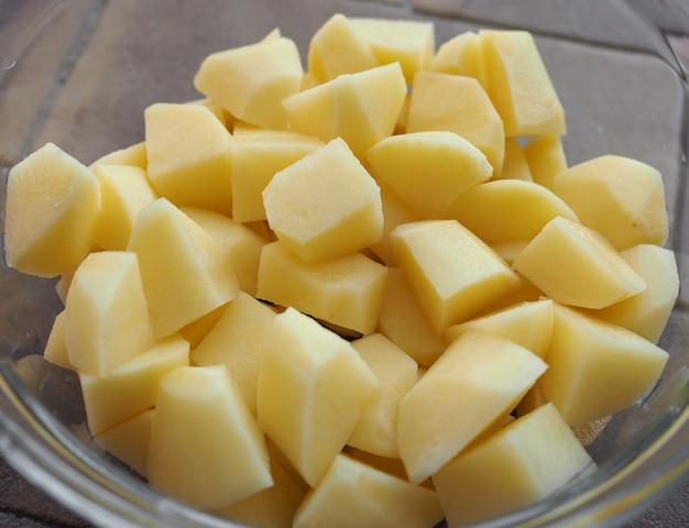 Pokrojone w kostkę warzywa ziemniaczane