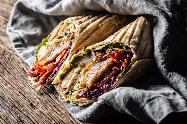 Pokrojone w plasterki grillowane wrapy z tortilli wypełnione mięsem i warzywami.