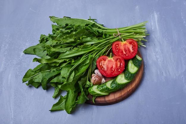 Pokrojone warzywa i zioła na niebiesko