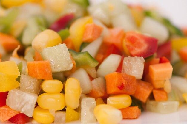 Pokrojone warzywa z bliska na jasnym tle