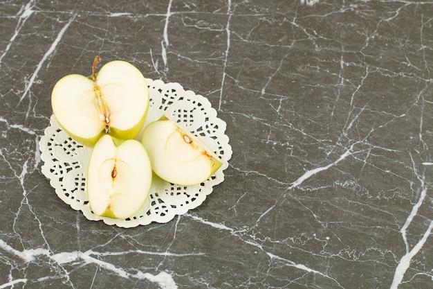 Pokrojone zielone jabłko. organiczne zielone jabłko na szaro.