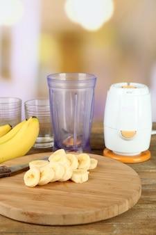 Pokrojony banan na deskę do krojenia, na drewnianym stole, na jasnej powierzchni