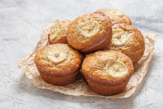 Pokrojony chleb bananowy z orzechami pekan