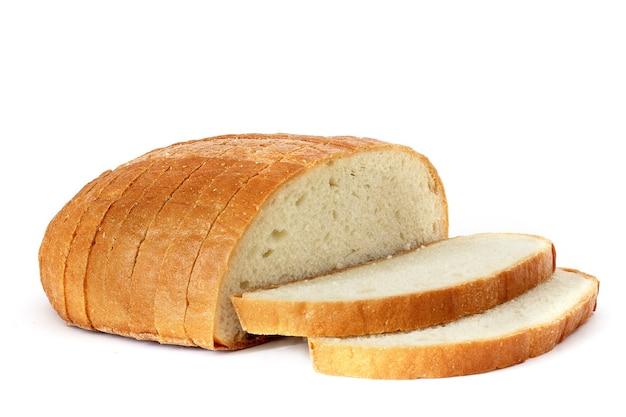 Pokrojony chleb na białym tle.