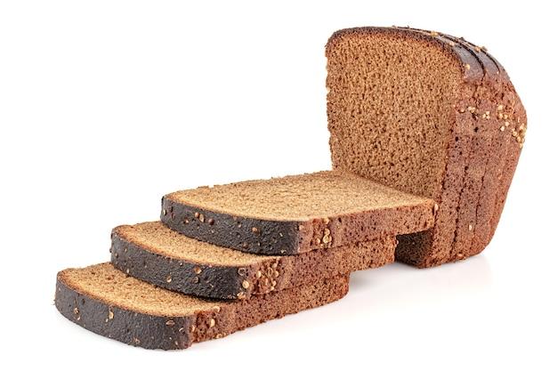 Pokrojony chleb żytni z nasionami kolendry na górze na białym tle na białym tle z odbiciem na błyszczącej powierzchni