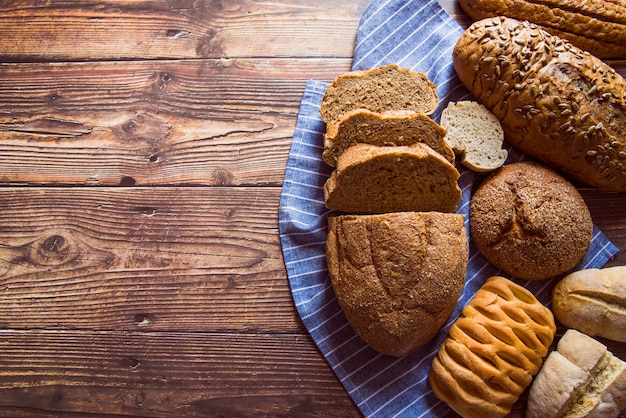Pokrojony chlebowy asortymentu odgórny widok z kopii przestrzenią