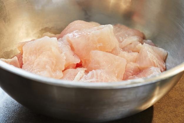 Pokrojony filet rybny pokrojony w plastry w misce do gotowania.