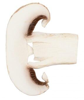 Pokrojony grzyb (pieczarka, ścięta stopa, agaricus bisporus) i surowy. pojedynczo na białym tle
