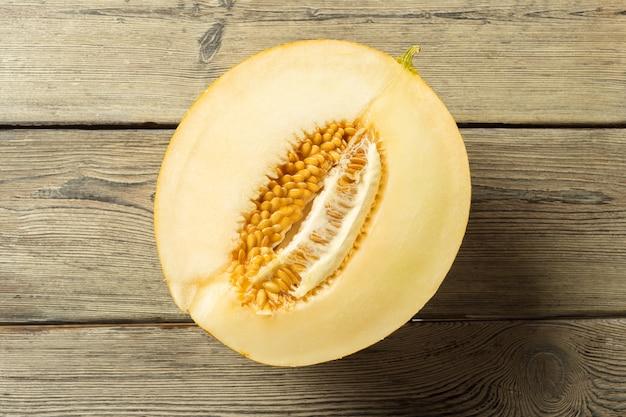 Pokrojony melon na stole