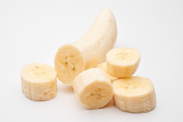Pokrojony obrany banan na białym tle na biały, ścieżkę przycinającą