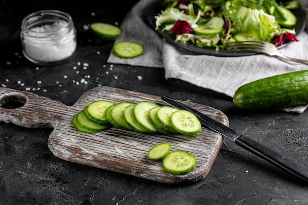 Pokrojony ogórek dla sałatki na drewnianej desce