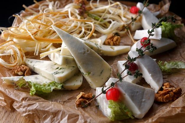 Pokrojony ser, mozzarella, camembert, brie, parmezan