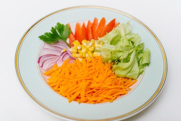 Pokrojony surowy jedzenie na talerzu