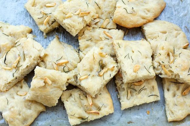 Pokrojony włoski chleb focaccia podany na metalowym talerzu