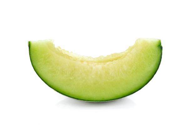 Pokrojony zielony kantalupa melon odizolowywający na białym tle