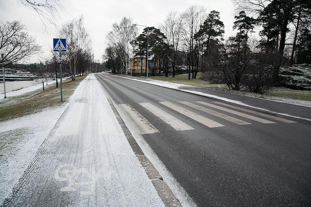 Pokrycie drogi przez śnieg w zimie, helsinki, finlandia