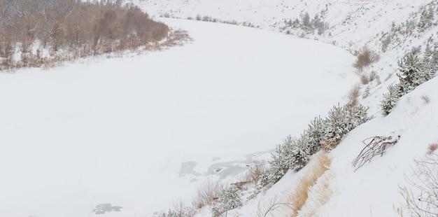 Pokryta lodem rzeka don ze stromym wysokim brzegiem. zimowy krajobraz w rosji.