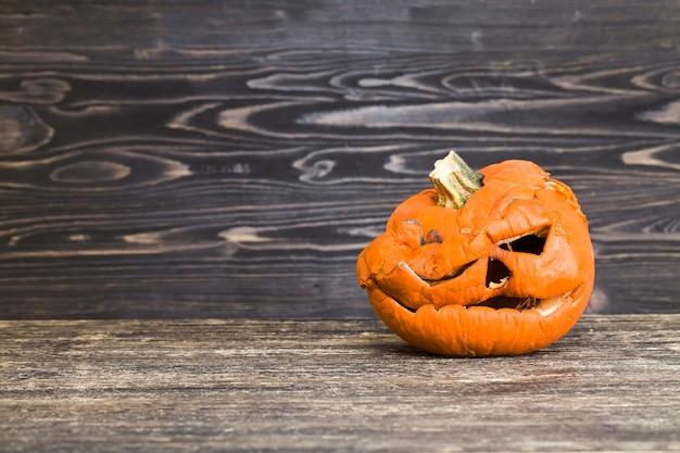 Pokryta pleśnią i pleśnią, zgniła lampa dyniowa na halloween, lampa jacka jest pokryta pleśnią i wygląda okropnie i przerażająco, zbliżenie