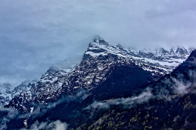 Pokryta śniegiem góra