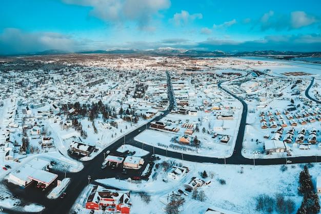 Pokryta śniegiem wioska w ciągu dnia