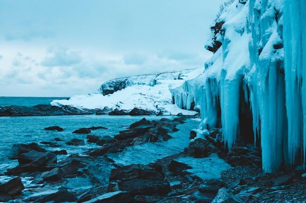 Pokryte lodem formacje skalne w pobliżu brzegu morza