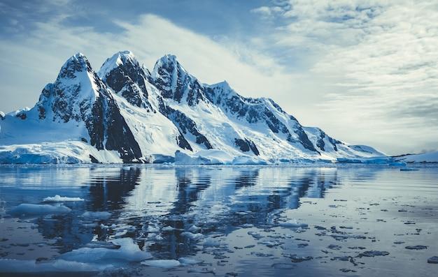 Pokryte lodem góry w oceanie polarnym