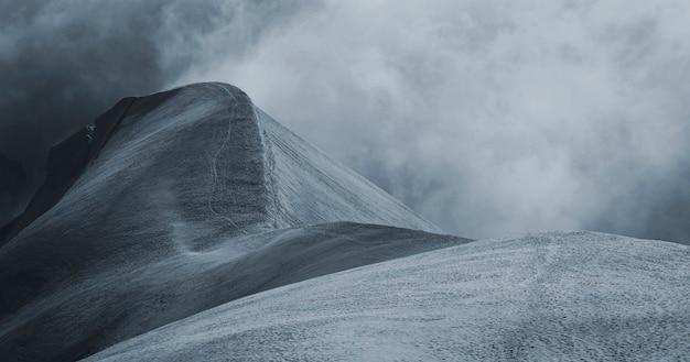 Pokryte śniegiem alpy chamonix we francji