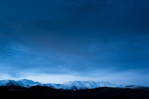Pokryte śniegiem góry katalońskich pirenejów, na hiszpańskiej granicy z francją