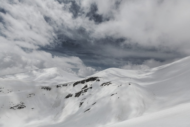 Pokryte śniegiem góry w sezonie zimowym