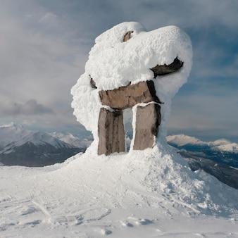 Pokryte śniegiem inuksuk, whistler, kolumbia brytyjska, kanada