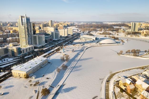 Pokryte śniegiem stare centrum mińska z wysokości przedmieście trójcy białoruś