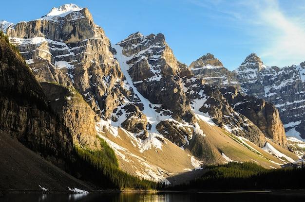 Pokryte śniegiem szczyty górskie w pobliżu jeziora moraine w kanadzie