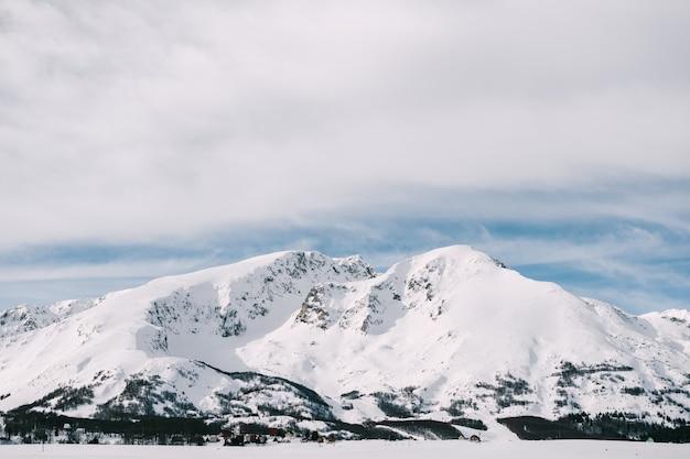 Pokryte śniegiem szczyty górskie w zabljaku to park narodowy durmitor w czarnogórze