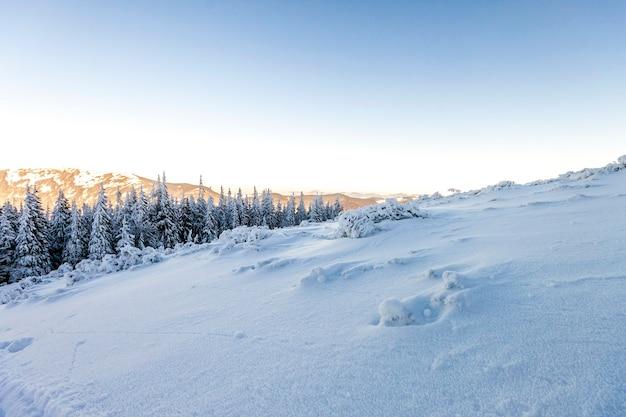 Pokryte śniegiem wzgórza w górach