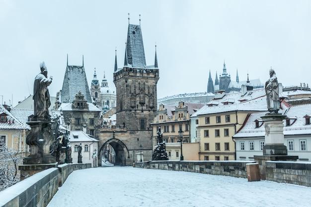 Pokryty śniegiem most karola w pradze