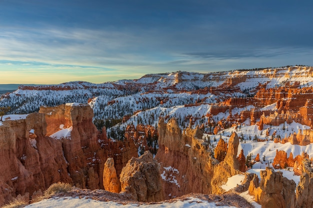 Pokryty śniegiem park narodowy bryce canyon o wschodzie słońca usa